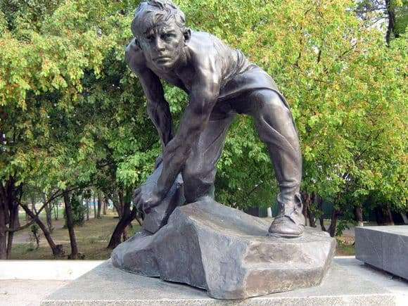 Description of the sculpture by Ivan Shadr Cobblestone   the weapon of the proletariat
